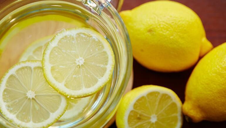 Limon sahip olduğu asidik özelliklerden dolayı reflüyü kötüleştirebilir. Limon suyunda bulunan asit diş minesine zarar verebilir. Diş hekimleri limon suyu içerken pipet kullanmanızı ve sonrasında ağzınızı çalkalamanızı önerir.