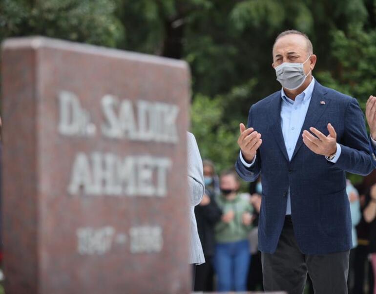 Bakan Çavuşoğlu, Dr. Sadık Ahmetin kabrini ziyaret etti