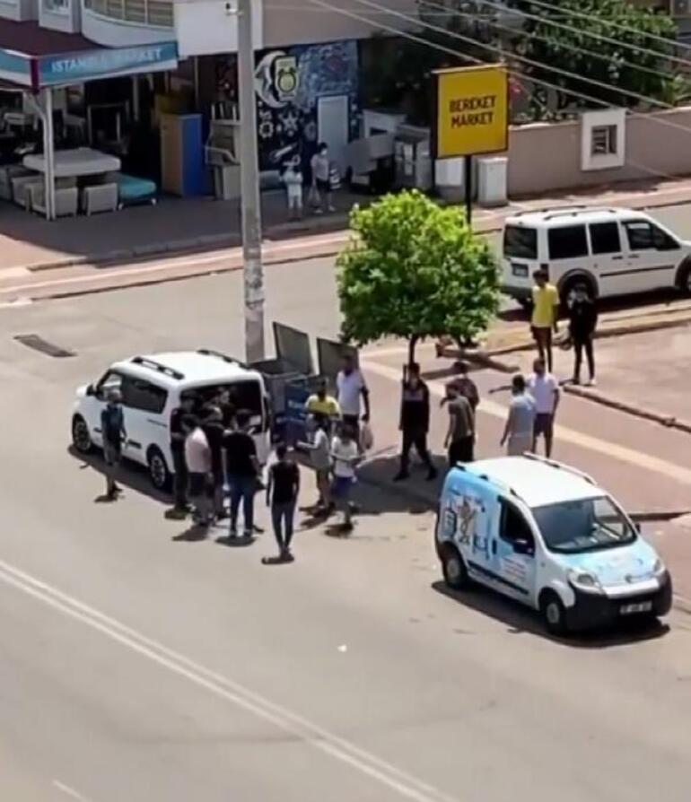 Antalyada cadde ortasında sopalı kavga Defalarca vurdu