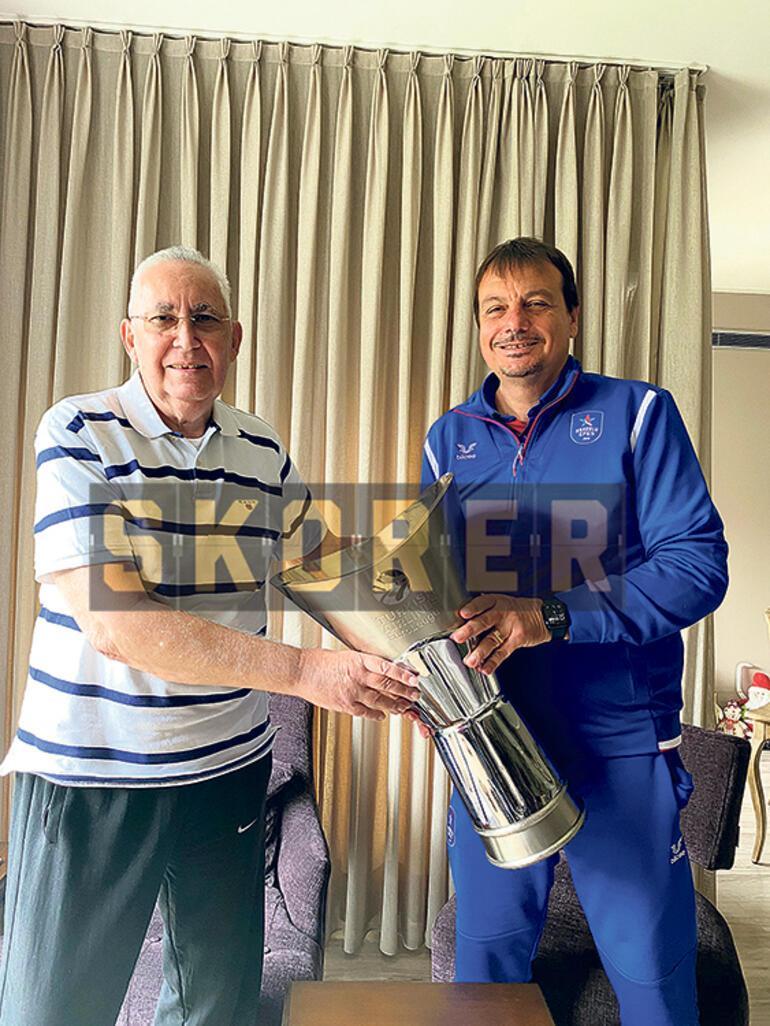 ÖZEL - Ergin Ataman, Aydın Örse verdiği sözü tuttu Tarihi buluşmada kupa efsane hocanın ellerinde