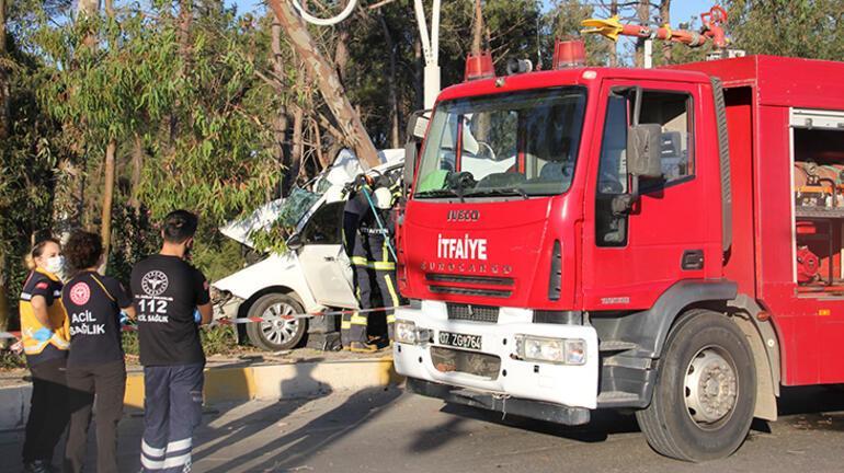 Antalyada ağaca çarpan otomobil sürücüsü hayatını kaybetti