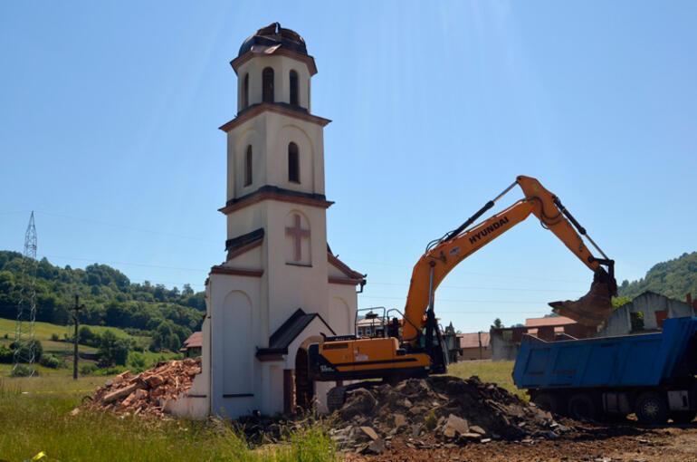 Boşnak nine, bahçesine izinsiz yapılan kiliseyi yıktırdı