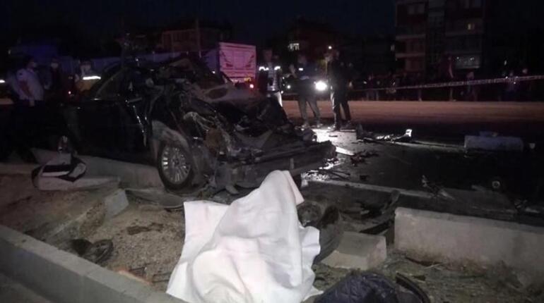 Otomobil, kamyonla çarpıştı: 2 ölü, 1 yaralı