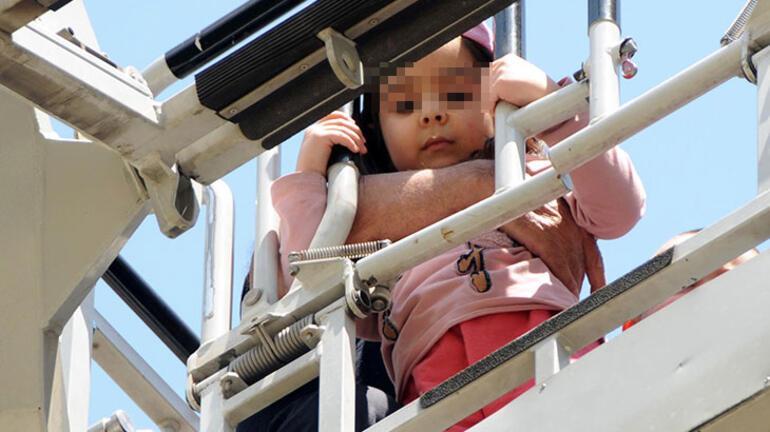 Gaz kaçağı olan binadaki 2 çocuğu, itfaiye kurtardı