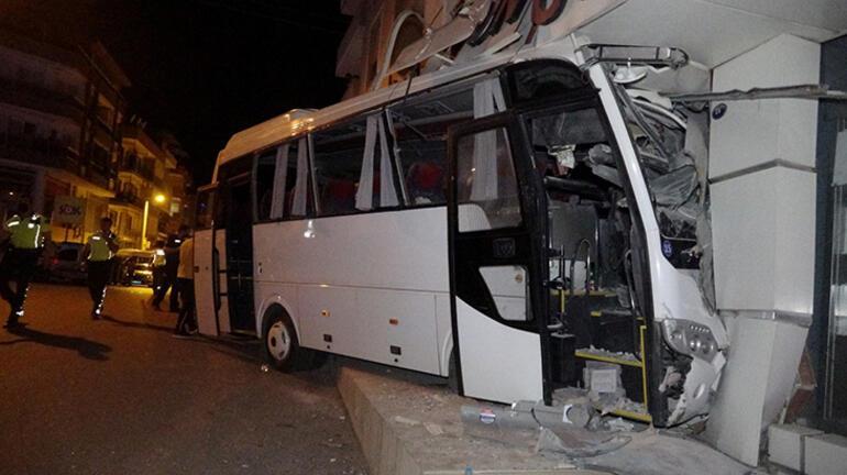 Servis midibüsü mobilya mağazasına girdi: Çok sayıda kişi yaralandı