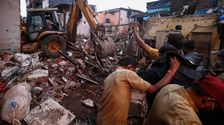 Şiddetli yağmurlar nedeniyle 3 katlı bina çöktü: 11 ölü
