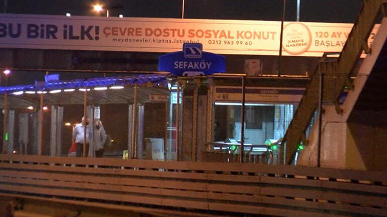 60c2cdf455427f1754144138 - Son dakika: Metrobüs durağında hareketli dakikalar! İçeri kilitledi