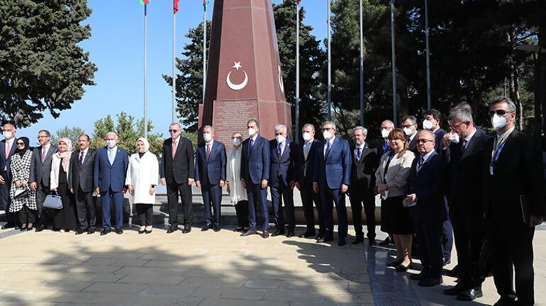 Cumhurbaşkanı Erdoğan, Baküde şehitliği ziyaret etti
