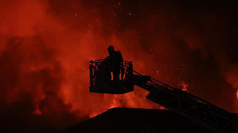 Küçükçekmecede fabrika yangını Alevler gökyünüzü aydınlattı