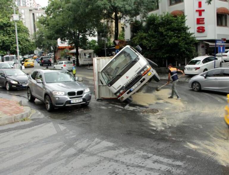 Şişlide kamyon devrildi; sürücü kazadan yara almadan kurtuldu