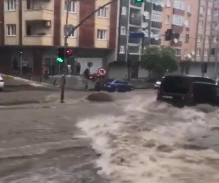 Son dakika: İstanbulu sel vurdu Seferler iptal edildi, evleri su bastı