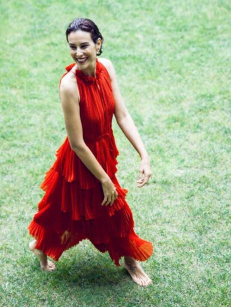Arzum Onanın kırmızı elbiseli pozuna beğeni yağdı