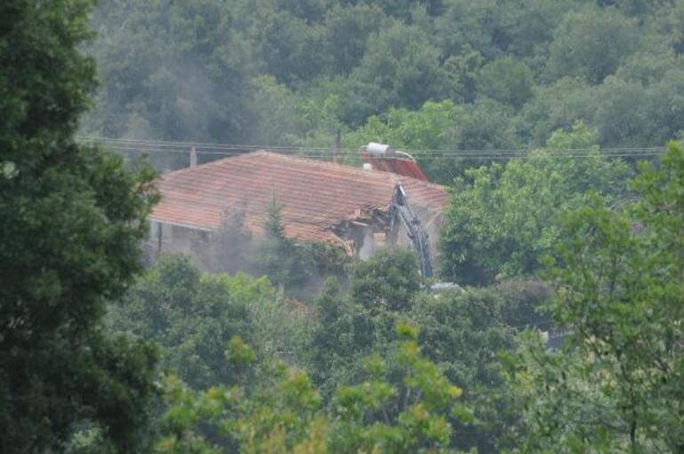 İYİ Partili Türkkan'ın çiftliğindeki kaçak yapılar yıkılıyor