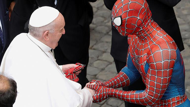 Dünya bu kareleri konuşuyor Bir anda Papanın önünü kesti...