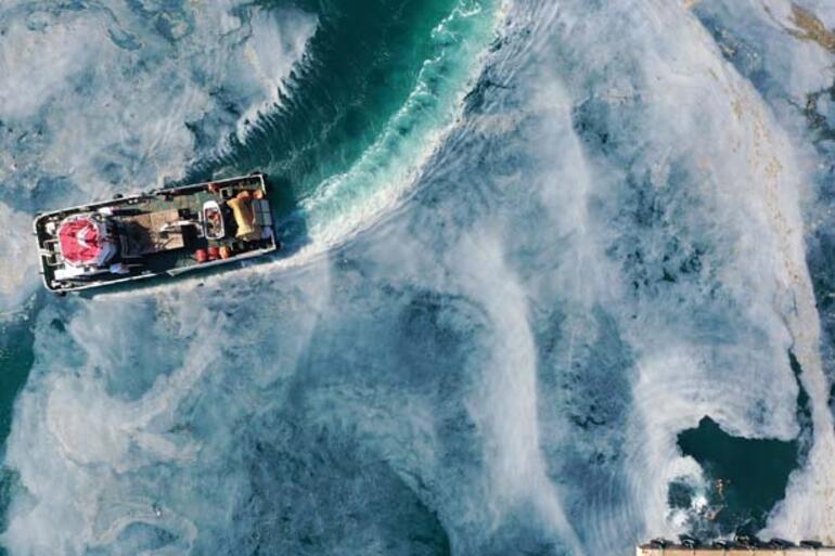 Son dakika... Bir tarafta deniz keyfi, bir tarafta müsilaj temizliği