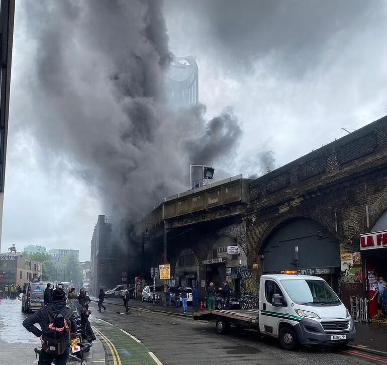 Son dakika: Londrada büyük patlama ve yangın