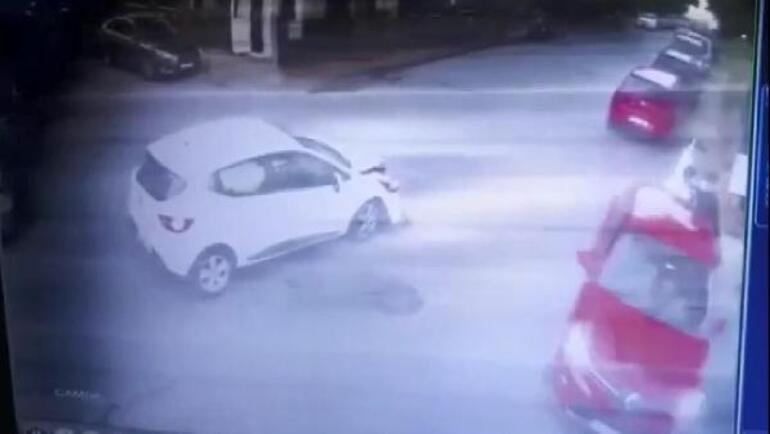Kazada savrulan otomobil yayaya çarptı