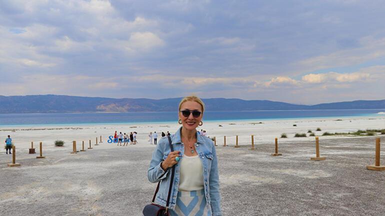 Bakan Ersoyun eşi Pervin Ersoy ile ünlüler Salda Gölünü gezdi