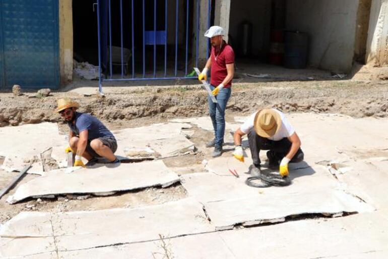 Kaçak kazıda bulunan mozaikler parçalar halinde Zeugma Müzesine taşınıyor