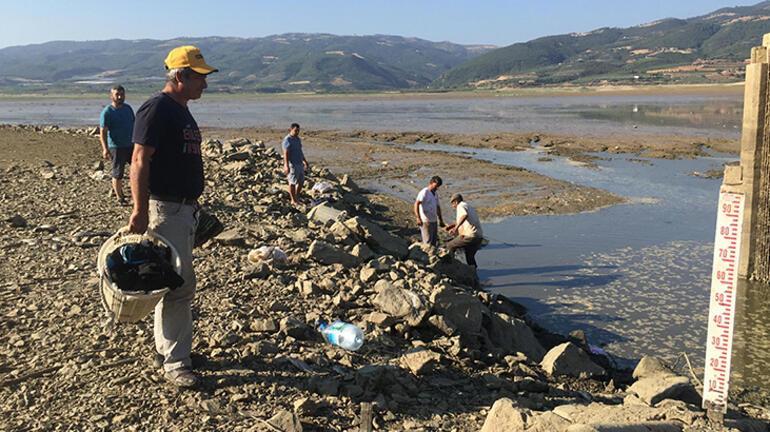 Su tahliye edildi, balık ölülerini sepet sepet topladılar