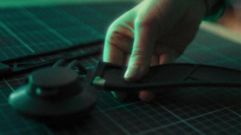 Adidas güneş panelli bir kablosuz kulaklık üzerinde çalışıyor