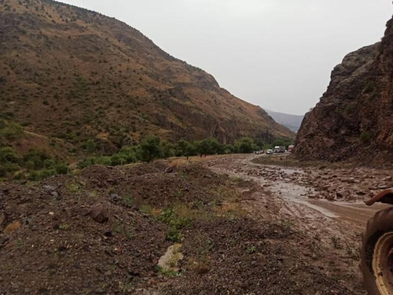 Erzurum'da sel ve heyelan Şenkaya-Göle kara yolunu ulaşıma kapattı 1 – 60e9dfc586b2472fb82ce704
