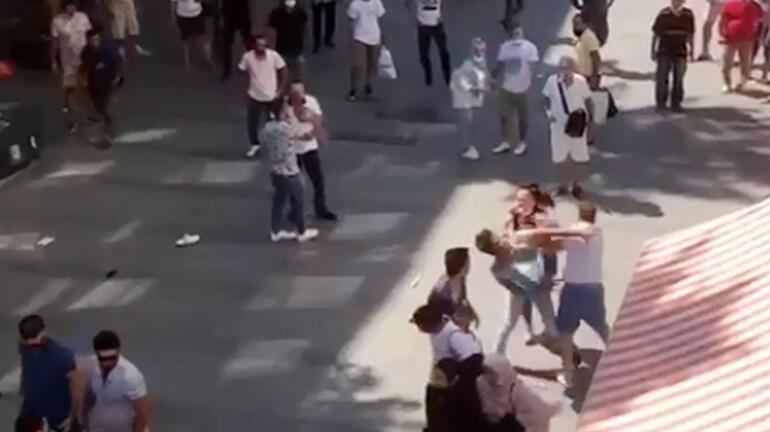 Şehrin göbeğinde tekme tokat kavga Ayırmaya çalışanlar da dahil oldu