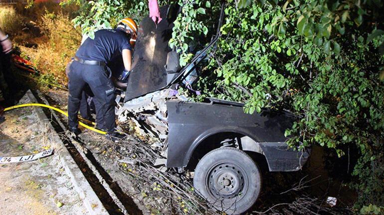 Ağaca çarpan otomobil ikiye katlandı