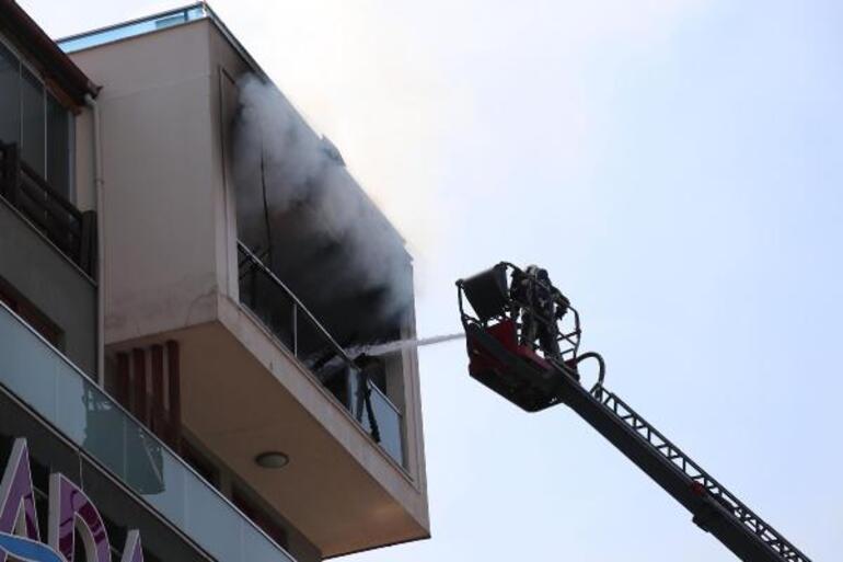 Alevlerin arasında can pazarı 5inci kattaki daireden alt kata sarkarak kurtuldu