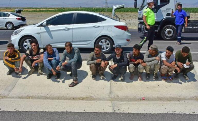 Kovalamacayla durdurulan otomobilin içinden 8, bagajından da 2 kaçak göçmen çıktı