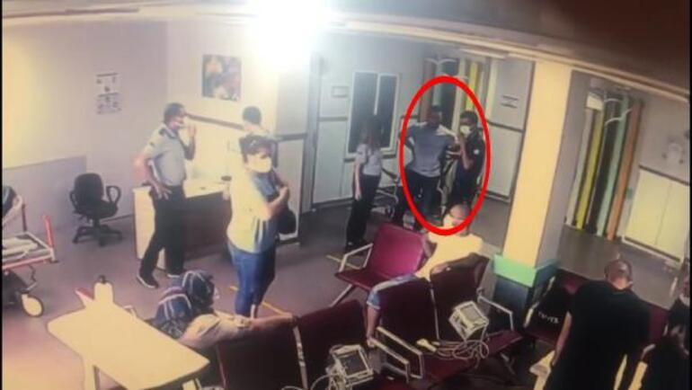Yardım istemek için yaklaştı Bir anda polisin silahını aldı