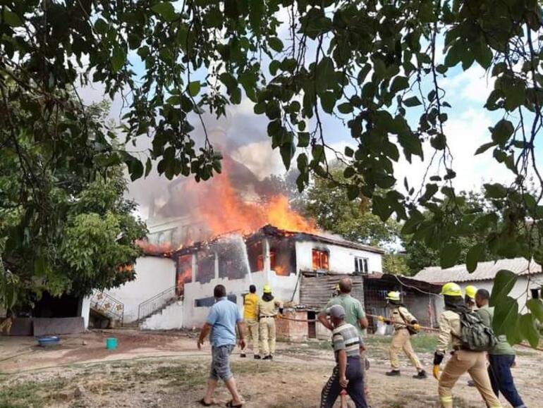 Korkutan yangın 2 katlı ev kullanılamaz hale geldi