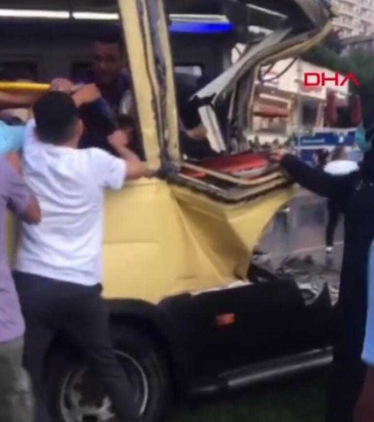 Son dakika: Gaziosmanpaşada minibüs kazası Yaralılar var