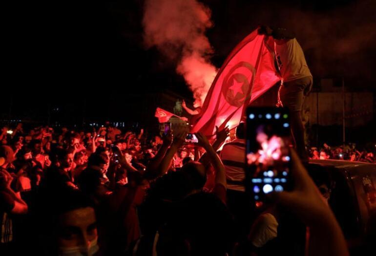 Son dakika: Tunusta Başbakan Meşişi görevden alındı