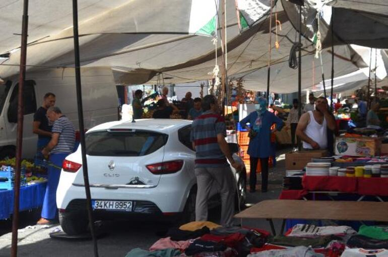 Pazarın ortasına park edilen arabayı tepsiyle çıkardılar