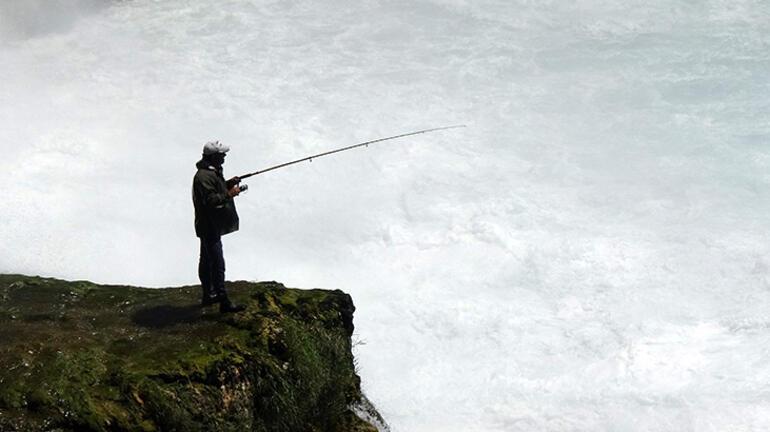 Şelale altında tehlikeli balık avı