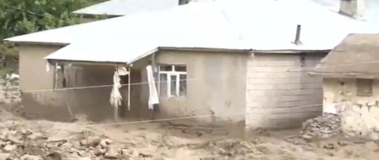 Son dakika: Van Başkaleyi sel vurdu Köylüler damların üstüne sığındı
