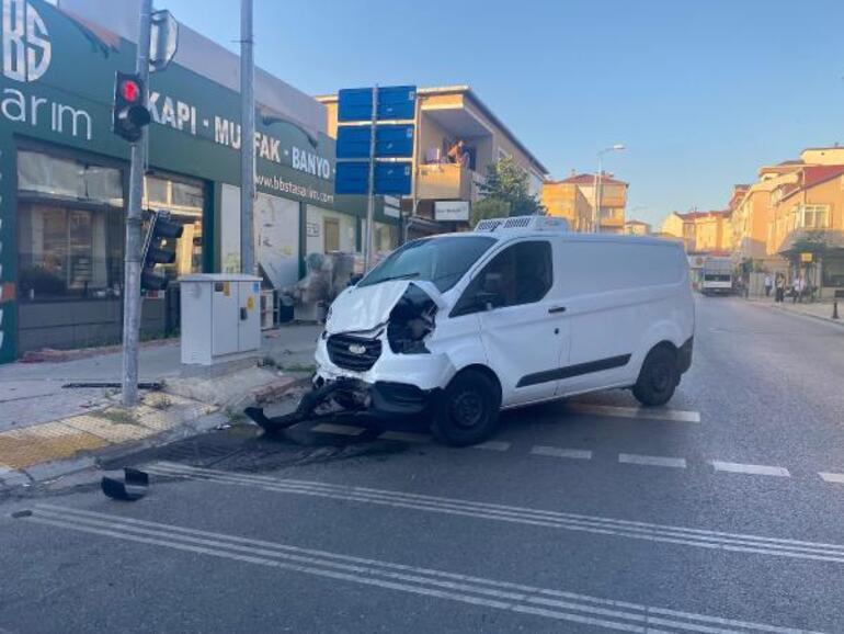 İstanbulda servis minibüsü kaza yaptı Ölü ve yaralılar var...
