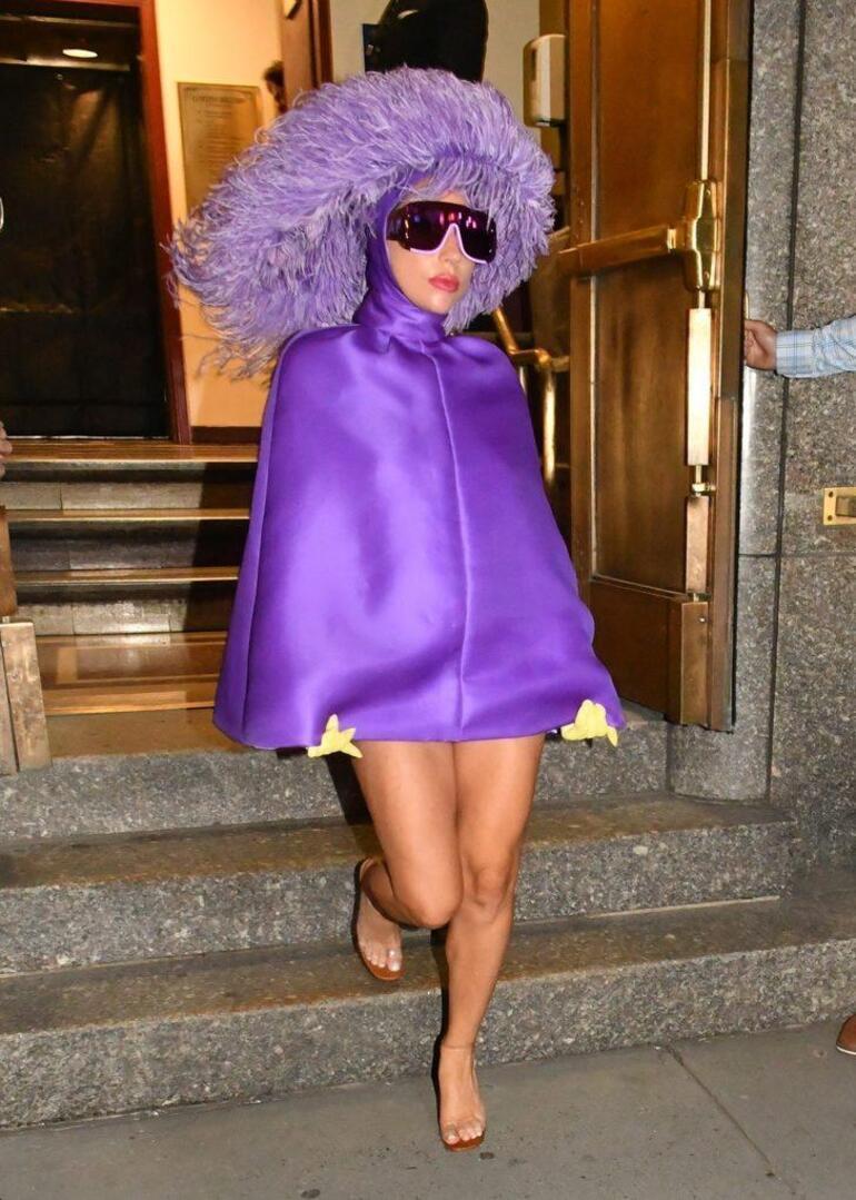 Lady Gaga morlar içinde objektiflere takıldı