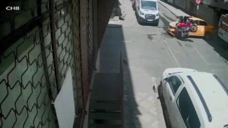 Bağcılarda ara sokaktan çıkan taksiye motosikletli böyle çarptı
