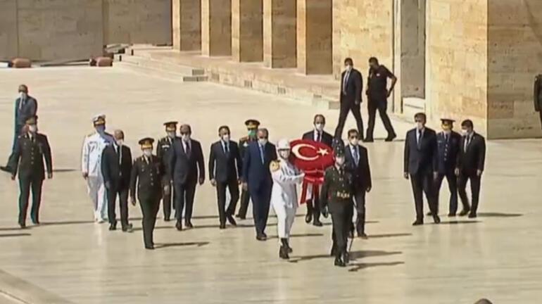Son dakika: Cumhurbaşkanı Erdoğan ve YAŞ üyelerinden Anıtkabire ziyaret