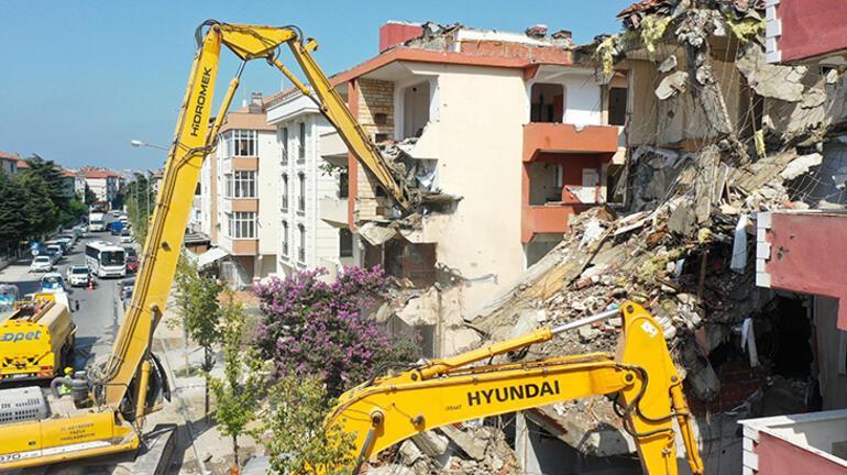 Büyükçekmecede deprem riski taşıyan 3 blok yıkılmaya başlandı
