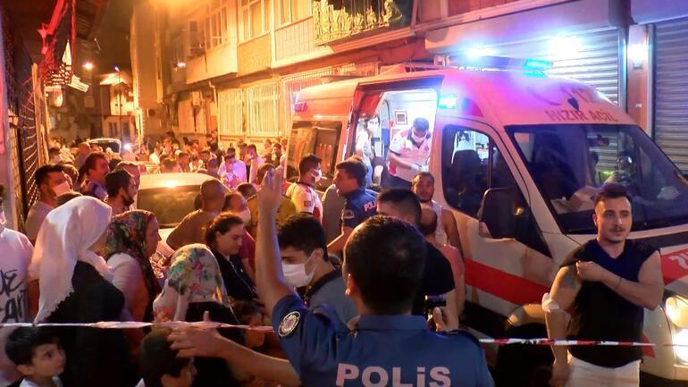 Fatihte 4 katlı binada yangın: Çok sayıda kişi dumandan etkilendi