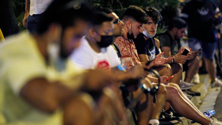 Son dakika - Barcelonada taraftarları soluğu Camp Nouda aldı Messi için toplandılar