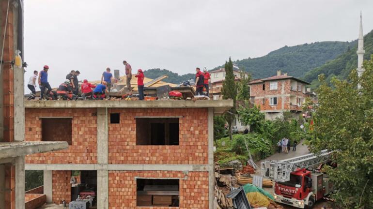 Trabzonda binanın çatısı çöktü 2 işçi enkaz altında kaldı