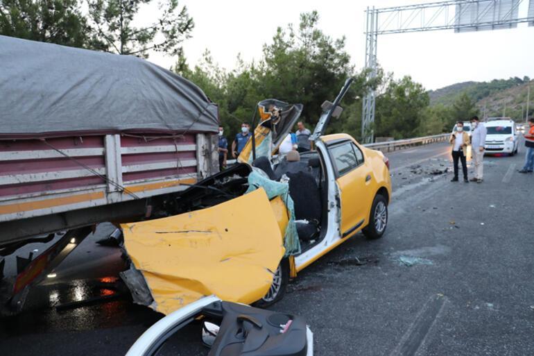 Son dakika... İzmirde taksinin TIRa çarpması sonucu 1 kişi öldü, 2 kişi yaralandı