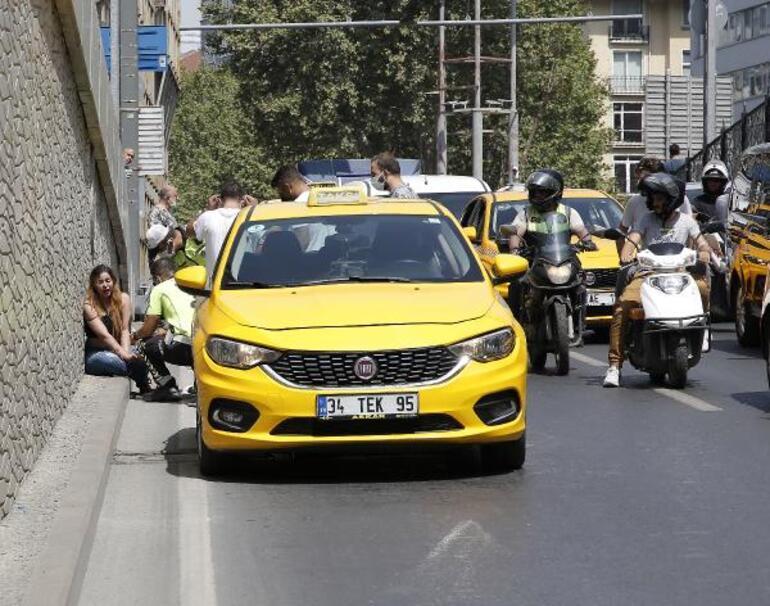 Taksimde ilginç anlar Bindiği taksiyi yumrukladı, erkek arkadaşı olay yerinden kaçtı