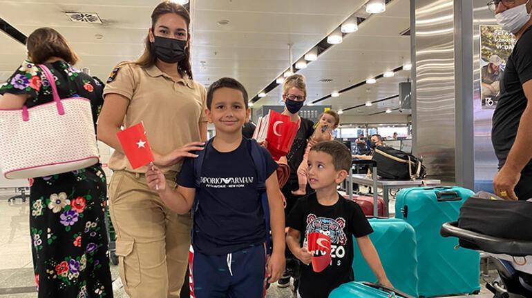 Sabiha Gökçen Havalimanında Türk bayrağı dağıtıldı