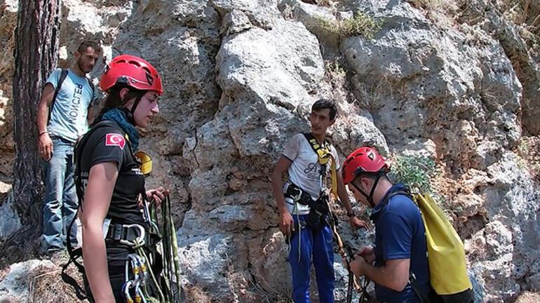 Uçurumda mahsur kalan 2 defineciyi ekipler kurtardı