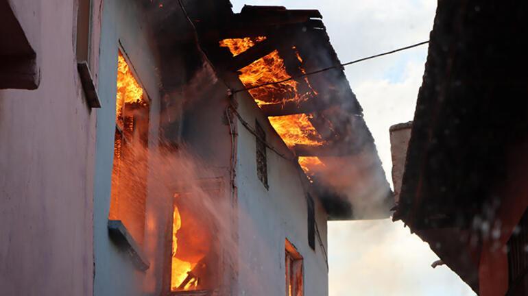 Manisada korkutan yangın 2 tarihi ev küle döndü